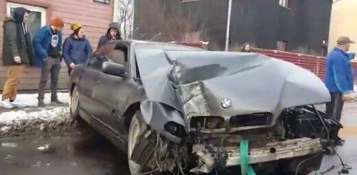 Video: Tēriņu ielā BMW nogāzis betona stabu