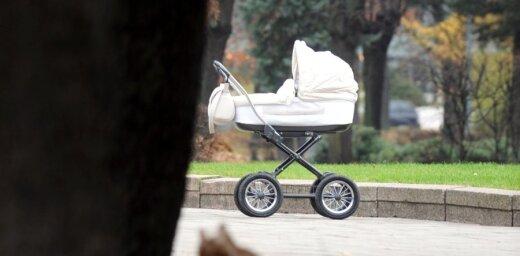 Неизвестный водитель сбил коляску с грудным младенцем
