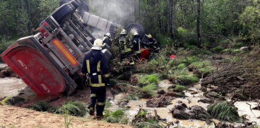 ФОТО: На Вентспилсском шоссе перевернулся грузовик