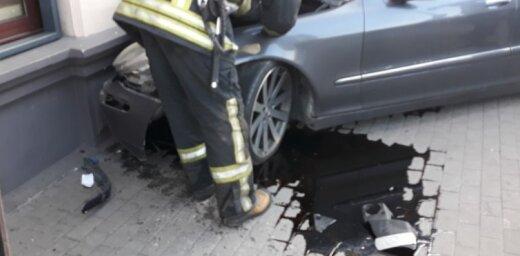 Foto: Svētdienas rītā auto ietriecas 'McDonald's' sienā; vadītājs aizmūk