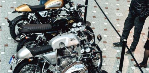 Foto: Rīgā aplūkojami leģendārie pilsētas motocikli 'Cafe Racer'