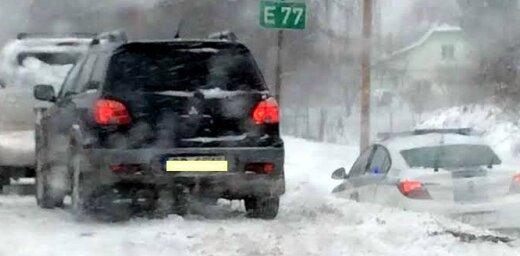 Foto: Siguldā avarējis policijas auto