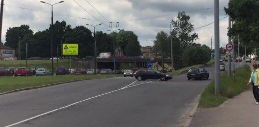 Video: Netālu no Salu tilta nekaunīgi šoferīši apbrauc sastrēgumus