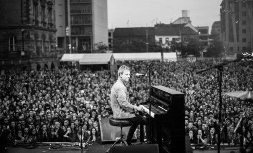 'Modes industrijas mīļākais pianists'. Rīgā uzstāsies Toms Odels