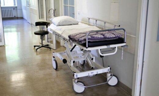 Pēc nosalšanas pļavā pie mājas gruvešiem slimnīcā Liepājā miris vīrietis