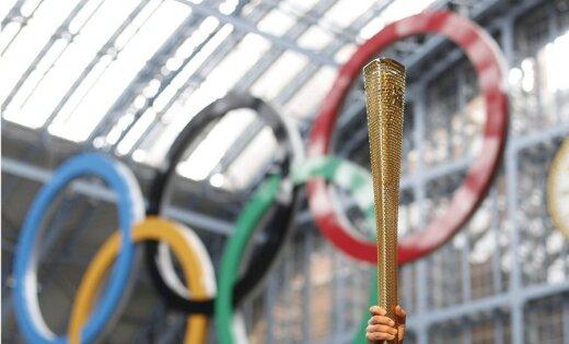 Strīkers 'iesaistās' Olimpiskās lāpas stafetē