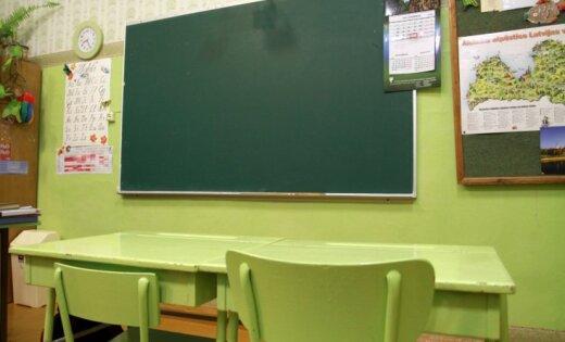 Pēc gada pārtraukuma atjaunos Rīgas komercskolu kā tālmācības skolu