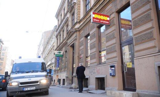 В подъезде своего дома ранен журналист kompromat.lv Якобсон (дополнено в 20.45)