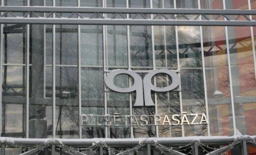 Tirdzniecības centrā 'Pilsētas pasāža' Jelgavā atkal atdalījušās flīzes