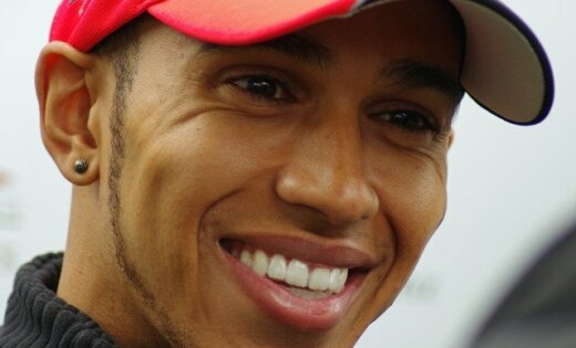 Hamiltons turpina dominēt, Senna avarē