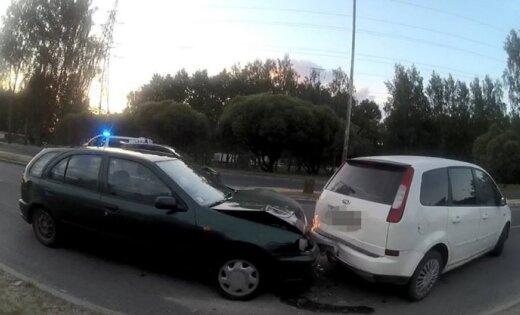 Иманта: у машины не сработали тормоза, Nissan врезался в припаркованное авто