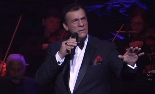 Holivudas 'sliktais puisis' Roberts Davi ar Sinatras iedvesmotu programmu uzstāsies Rīgā