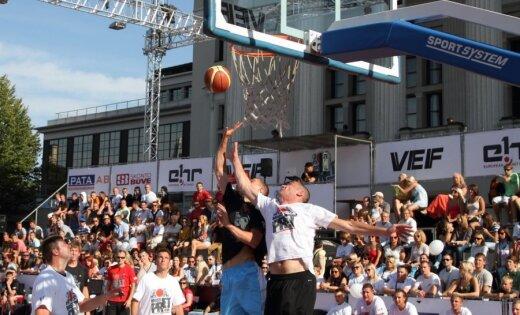 Diennakts basketbola mača pirmās stundas aizritējušas līdzīgā cīņā