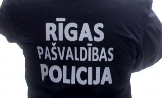 Vecrīgā uz ielas urinējošu jaunieti nogādā policijā identitātes noskaidrošanai