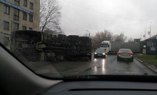 ФОТО: У т/ц Domina перевернулся грузовик; образовалась пробка