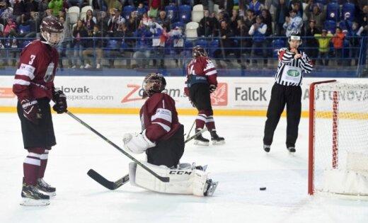 Latvijas U-18 hokejisti nerealizē vairākumus un izdzīvošanu elitē sāk ar 'sauso' zaudējumu