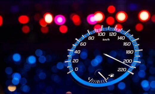 """ВИДЕО: Лихач """"тестировал колеса"""" и разогнался до 210 км/ч"""