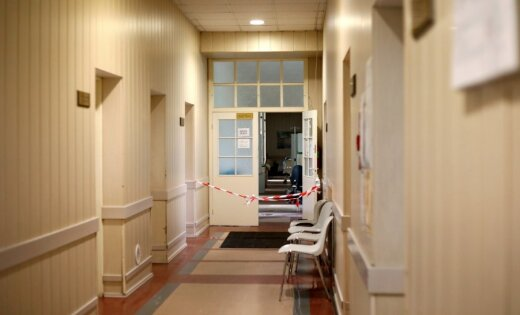 Ielūstot pakāpienam, Stradiņa slimnīcas teritorijā cietis cilvēks
