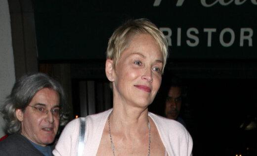 59 gadus vecā Šarona Stouna pārsteidz ar satriecoši jauneklīgu izskatu
