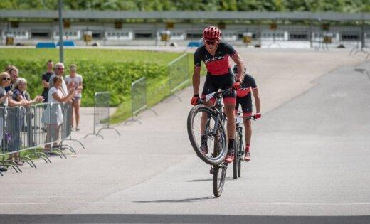 Foto: Latvijas čempionātā MTB XCO krosā elites grupās triumfē Pētersons un Jaunslaviete
