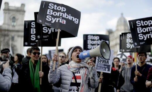 Foto: Londonā protestē pret Lielbritānijas veikto raķešu triecienu Sīrijai