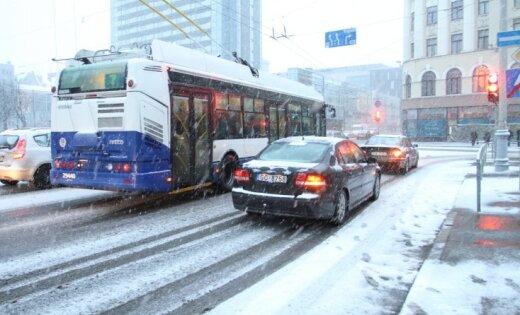 Sniega dēļ kavē sabiedriskais transports, cilvēki stūrē grāvjos