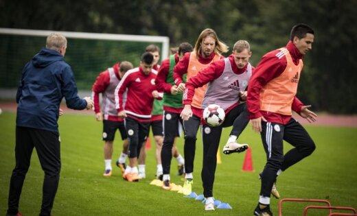 Foto: Latvijas futbolisti gatavojas uz pozitīvas nots noslēgt PK kvalifikāciju