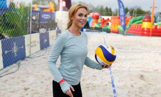 Foto: Samanta Tīna volejbola pludmalē izrāda jauno stilu