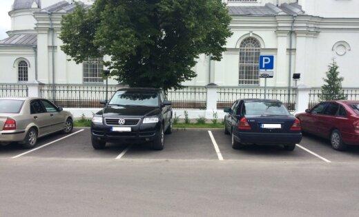 Lasītājs iemūžina parkošanās paraugstundu Daugavpilī