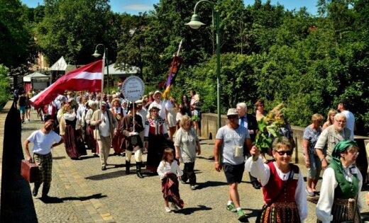 Foto: Eslingenā izskanējuši latviešu dziesmu un deju svētki