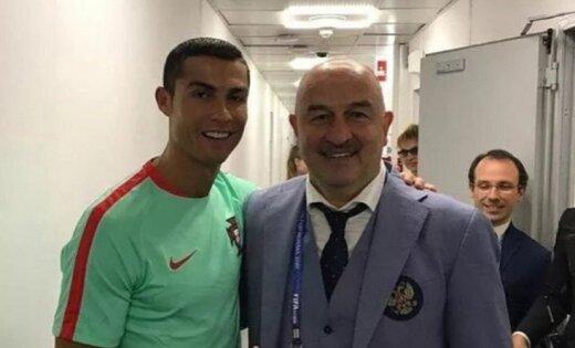После проигрыша Португалии удовлетворенный Черчесов сфотографировался сРоналду