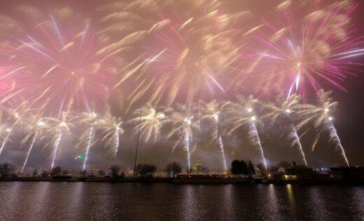 ФОТО: В Риге десятки тысяч человек посмотрели на набережной новогодний салют