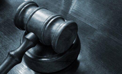 Tiesa piemēro nosacītu sodu grūtniecei par bērna sišanu ar grābekli