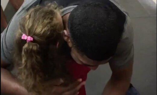 Video: Četrgadīga meitenīte bildina savu lielo mīlestību - Arizonas 'Coyotes' uzbrucēju