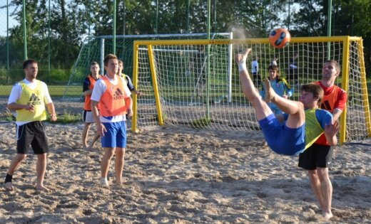 No Latvijas pludmales futbola izlases sastāva svītroti 10 spēlētāji