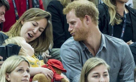 Nebēdnīgi foto: Princis Harijs atklāj savu tēvišķo dabu