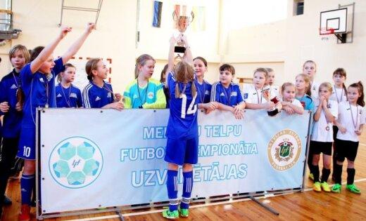 Foto: Punktu sezonai pielikušas Latvijas meiteņu telpu futbola čempionāta U-12 un U-10 komandas