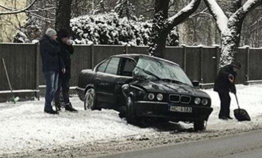 Sniegs Rīgas ielās, vecs BMW un koks – klasiski avārijas ingredienti