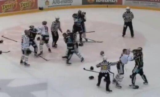 Arī Somijas hokeja čempionāta spēles beigās izceļas masveida kautiņš
