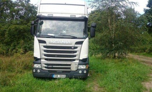 Foto: Mežā Zviedrijā jau divas nedēļas mētājas 'Scania' vilcējs no Latvijas