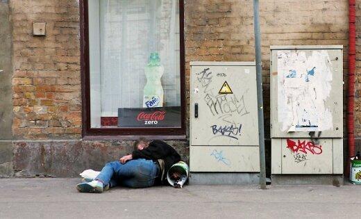 CilvÁks guÔ uz ielas