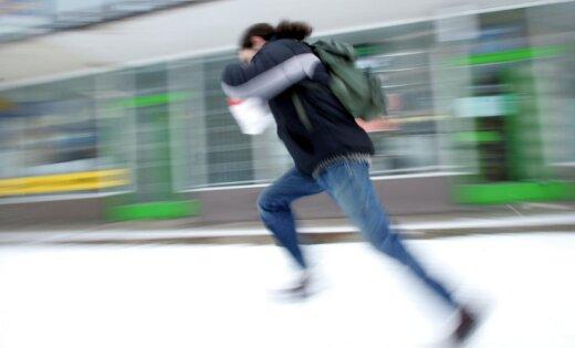 Саркандаугава: подростки ограбили на остановке женщину