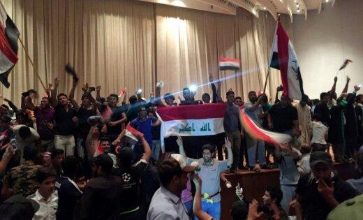 В Багдаде тысячи сторонников радикального имама ворвались в парламент