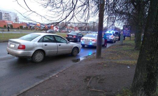 Foto: Saharova ielā vieglo auto aptur trīs policijas ekipāžas