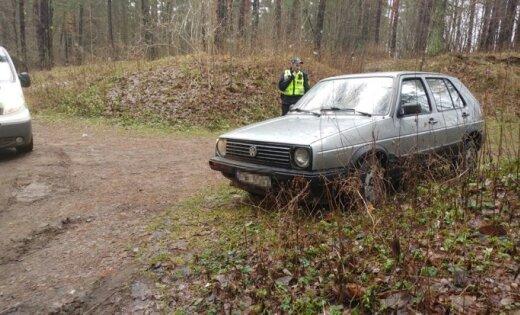 В рижском лесу полицейские нашли угнанный автомобиль