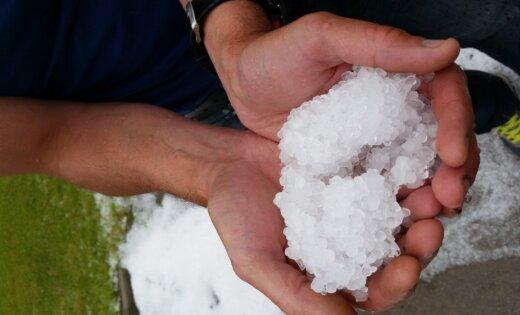Balts kā ziemā, koki gāžas uz auto, mājas bez elektrības – lasītāji dalās ar vētras sekām