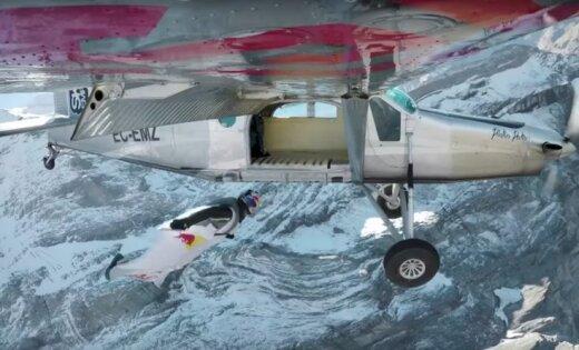 Экстремалы прыгнули сгоры ипопали прямо влетящий самолет— необыкновенное видео