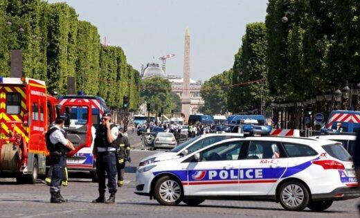 Elizejas laukos policijas busiņā ietriecas un uzliesmo automašīna
