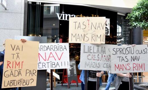 """""""Это не мой Rimi"""": Защитники животных провели пикет у супермаркета в Риге"""