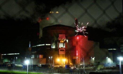 Активисты Greenpeace напали на АЭС во Франции и устроили фейерверк